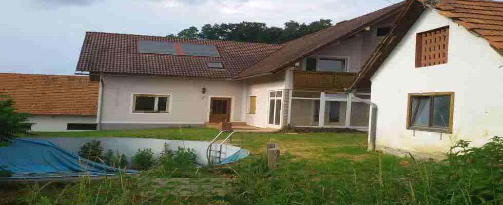 FELDBACH Umg.: Großes leicht ren. bed. Haus mit Nebengebäuden und circa 5,4 Hektar Grund!