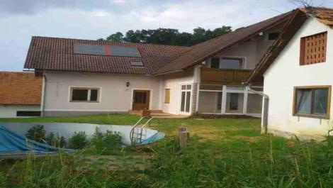 FELDBACH Umg.: Geräumiges leicht ren. bed. Haus, mit 2 Nebengebäuden und circa 1,3 Hektar Grund!