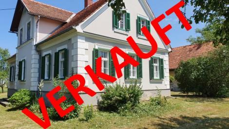 SÜD- Oststeiermark: Renovierungsbedürftiges kleines Häuschen mit Nebengebäude und circa 9700m² ebenen Sonnengrund.